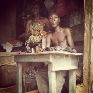 Een trotse kleermaker met zijn vrouw in het armste gedeelte van Accra