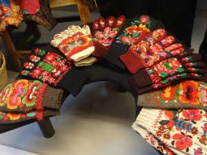 Heel veel verschillende gebreide Noorse handschoenen.