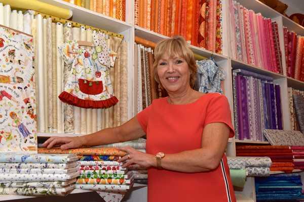 Agnes in haar kleurrijke winkel