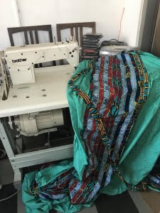 Stroken stof met de naaimachine appliqueren