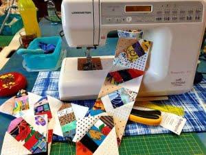 Kleine lapjes aan elkaar naaien maken een vrolijk blokje.