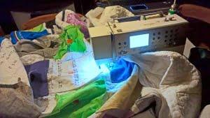 Grote quilt gepropt in de naaimachine