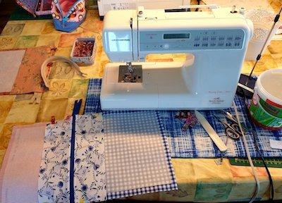 naaimachine op tafel