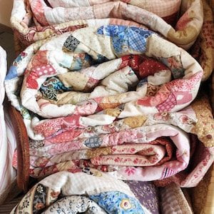opgevouwen quilts